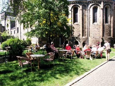 Bild: Bei sommerlichem Wetter wurden die Vortragspausen zum regen Gedankenaustausch genutzt.